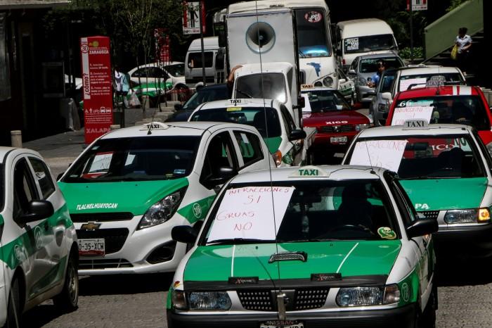 Taxistas protestan contra operativos, grúas levantan 100 unidades diarias