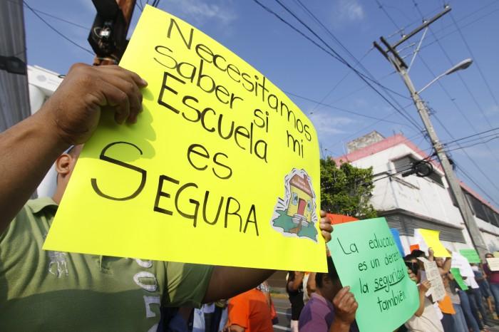 Padres mantienen protestas exigiendo a PC dictámenes de daños en escuelas