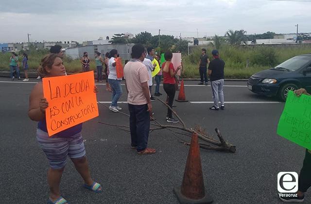 Vecinos de Colinas bloquean carril en autopista Veracruz-La Antigua