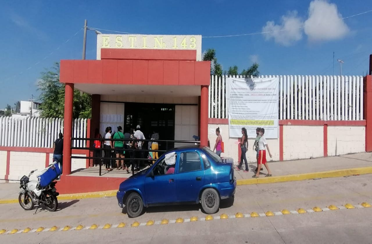 Protestan por estudiantes rechazados en secundarias de Coatza