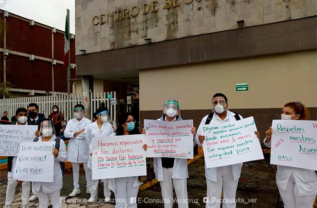 Protestan internistas del IMSS de Orizaba, piden no ser reubicados