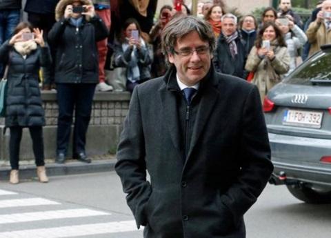 Puigdemont y cuatro exconsejeros se entregan a la policía