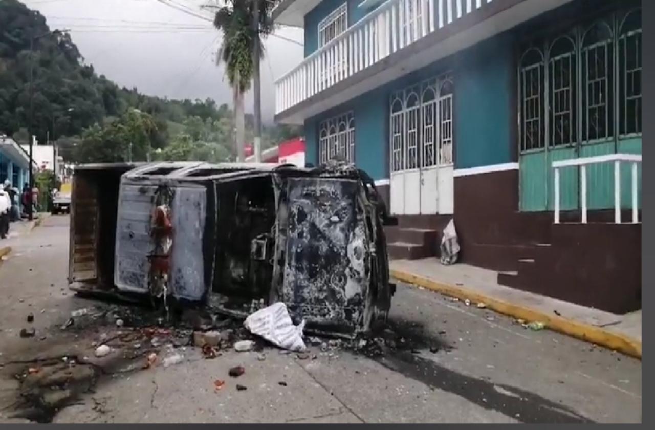 Queman patrulla que impactó a menores, en La Perla