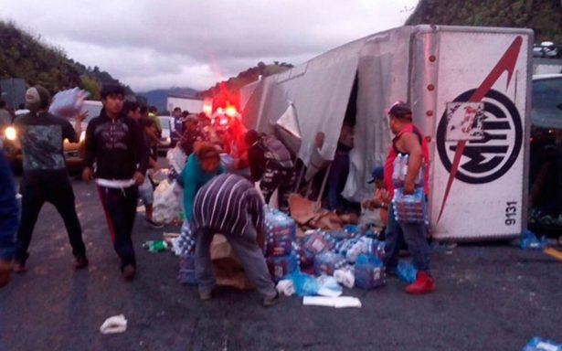 Vuelca camión con víveres para Juchitán en la Puebla-Córdoba