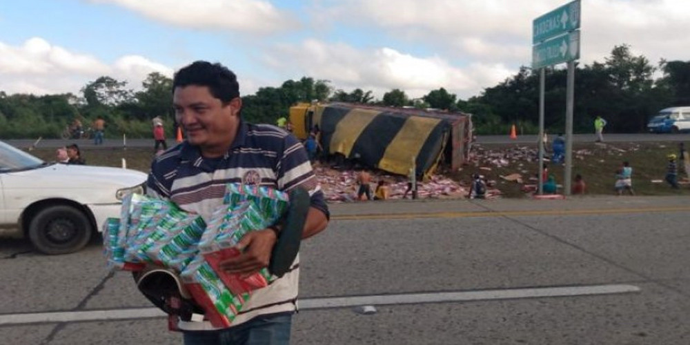 Roban 12 toneladas de pasta dental tras accidente en carretera Cárdenas-Coatzacoalcos