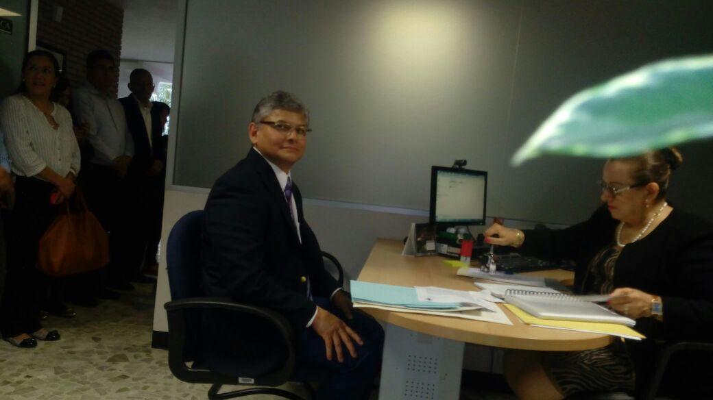 Jorge Manzo Denes se registra ante la Junta de Gobierno de la UV