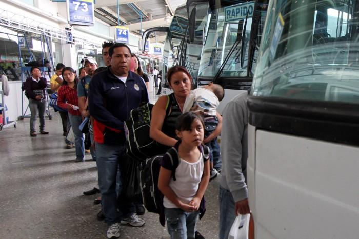 Cientos de turistas regresan a sus hogares