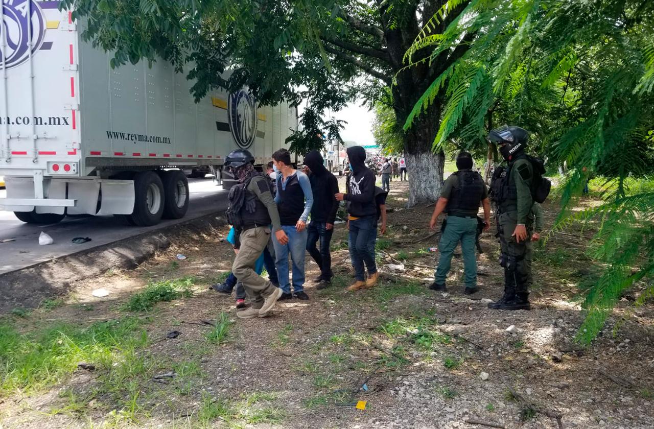 Rescatan a 22 migrantes de la caja de un tractocamión en Córdoba