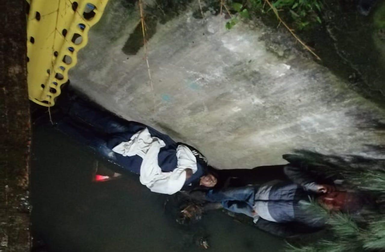 Rescatan a hombre tras caer a canal de aguas negras, en Xalapa