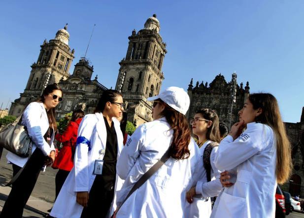 México y los médicos residentes, a un paso de quedarse sin su servicio