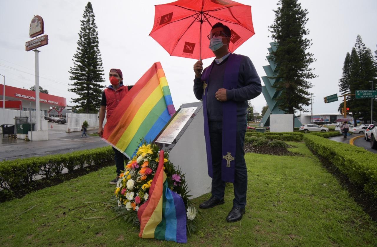 Reverendo reza y pide alto a crímenes de odio en memorial de Xalapa
