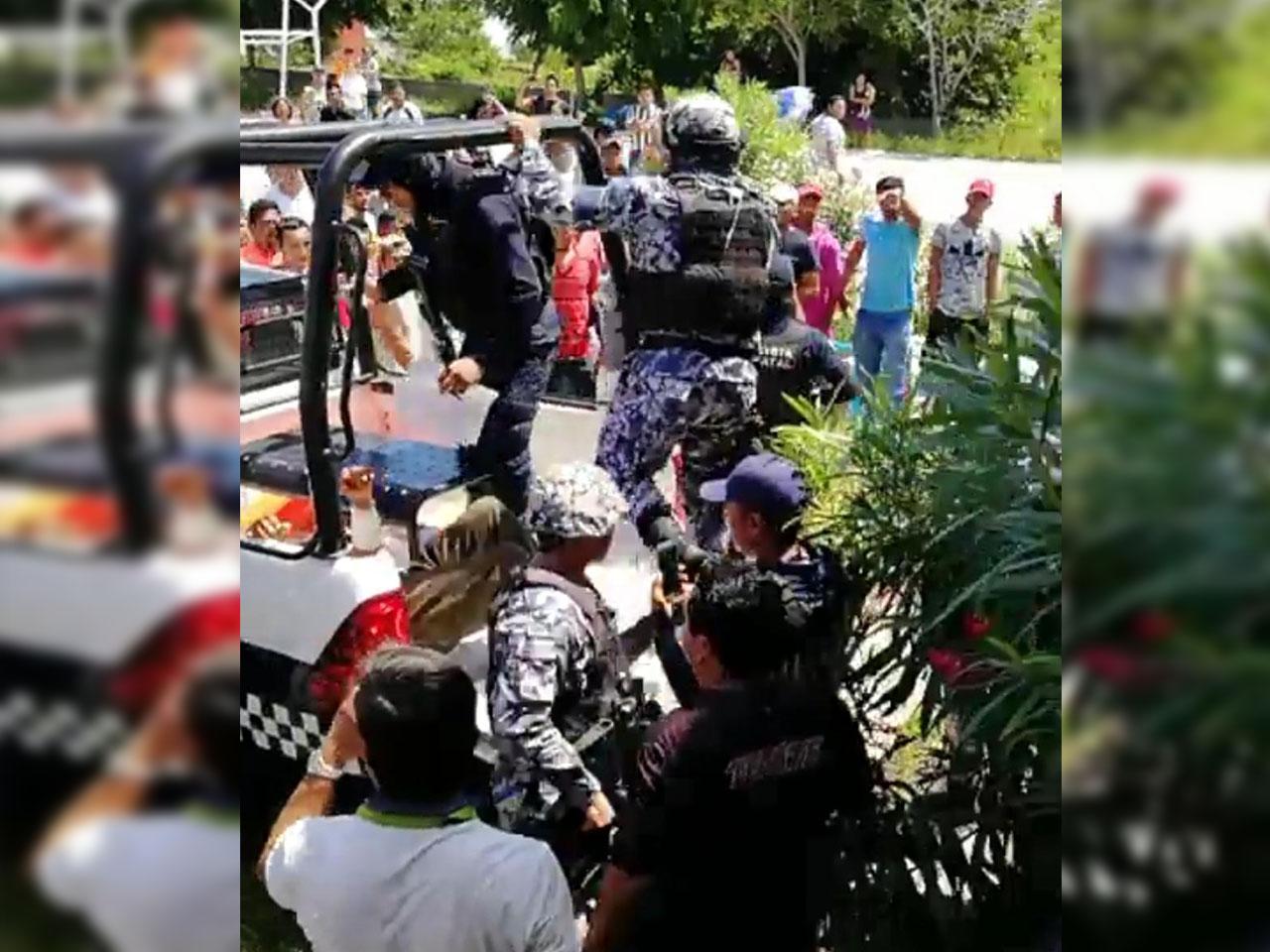 Riña acaba en tragedia, vecinos intentan linchar a detenidos