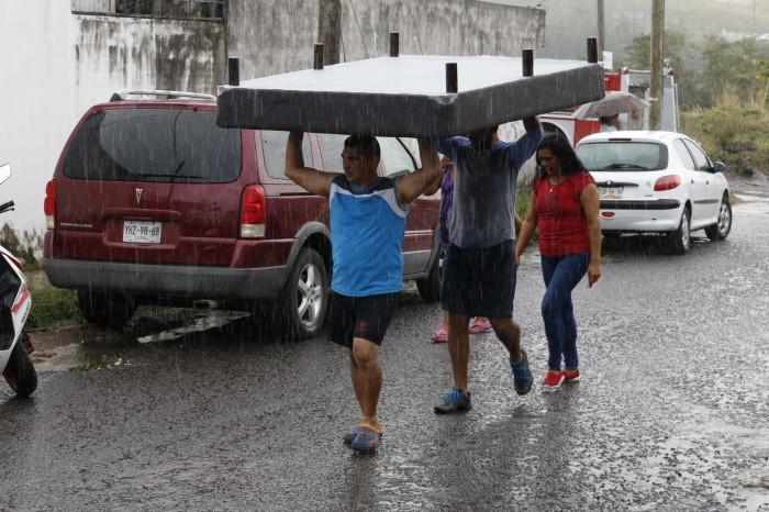 Desalojan a 12 familias por socavón en Río Medio