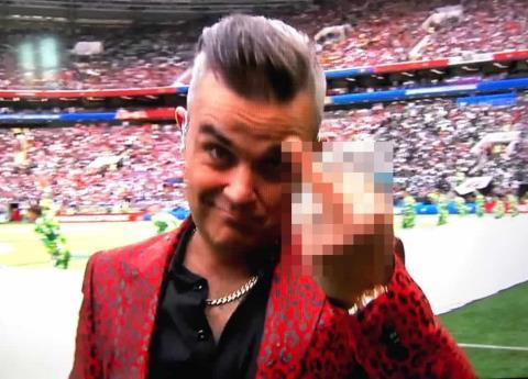 El polémico dedo de Robbie Williams durante la apertura del Mundial
