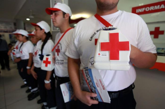 Tiburones Rojos salen a botear a favor de la Cruz Roja