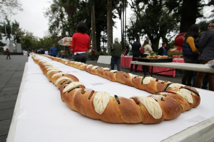 Parten la rosca de Reyes más grande de Xalapa