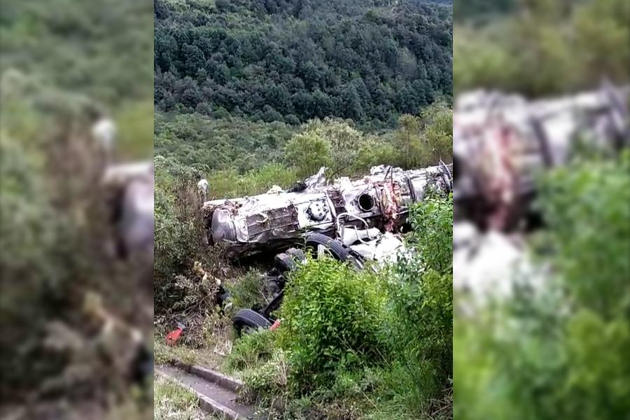 Muere conductor en volcadura de camión, en la Puebla-Orizaba
