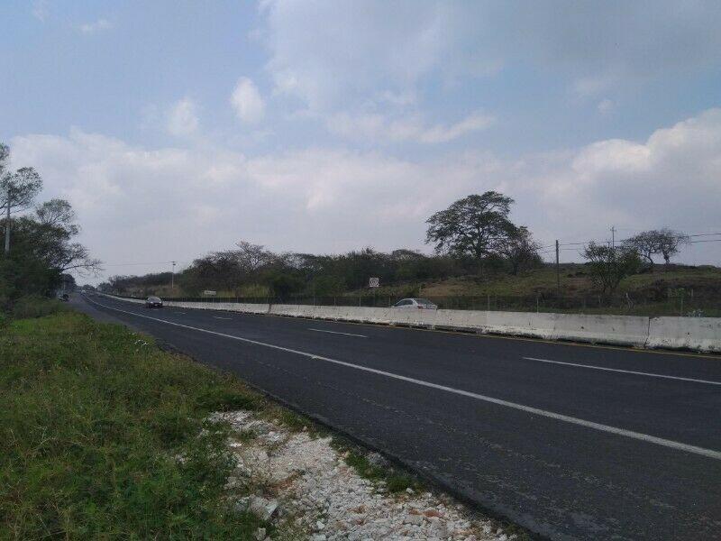 Hallan cuerpo sobre carretera a Emiliano Zapata