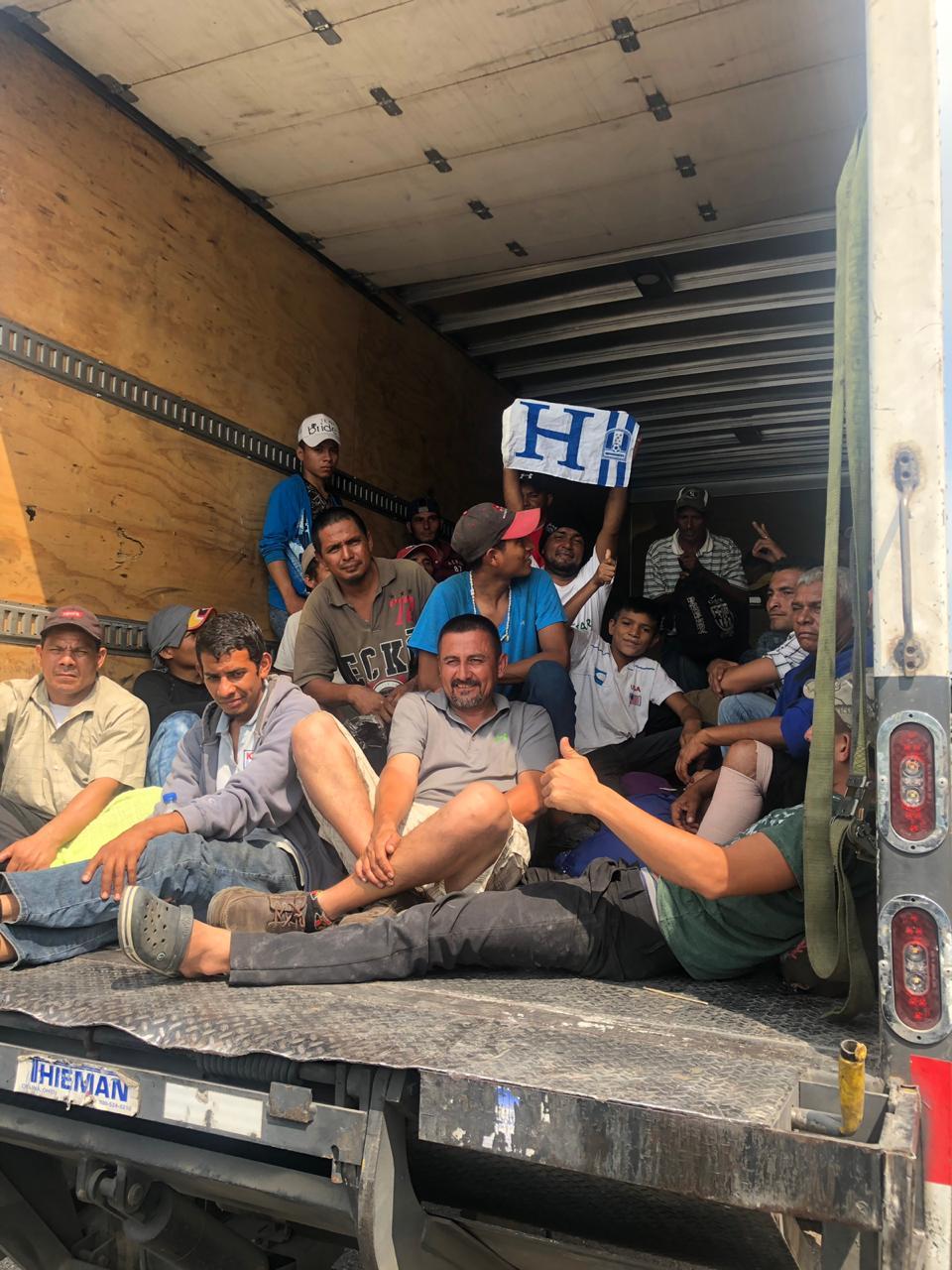Trasladan a 220 migrantes de Coatza a Sayula de Alemán