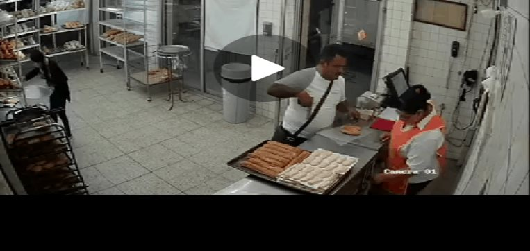 VIDEO | Ladrón asalta panadería y regresa por bolsa para su pan