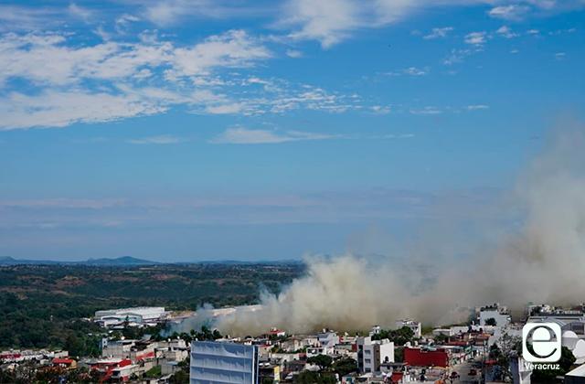 Se incendia pastizal detrás de Central de Abastos, en Xalapa