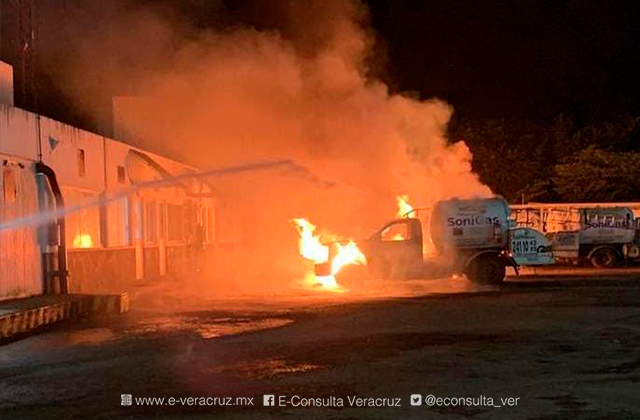 Se incendian pipas en gasera de Minatitlán