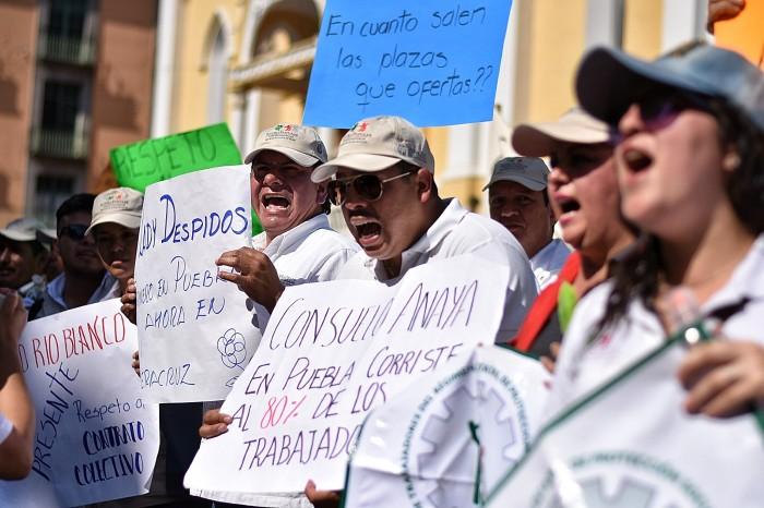 Marchan trabajadores despedidos del Seguro Popular