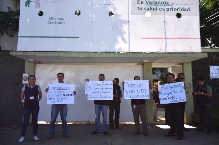 Presionan a trabajadores del Seguro Popular para renunciar