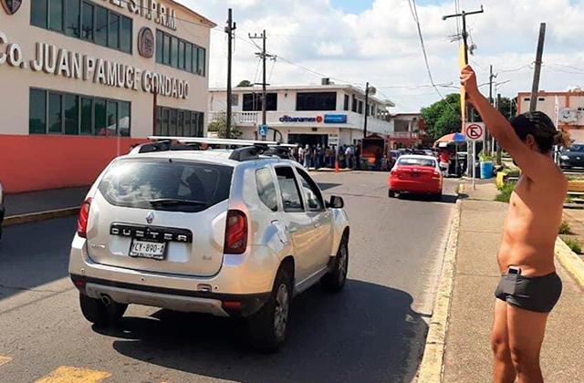 Semidesnudo se manifiesta trabajador de Pemex en Nanchital