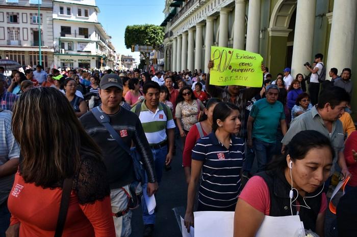 Marchan integrantes del Setsuv, exigen a la UV aumento del 20%