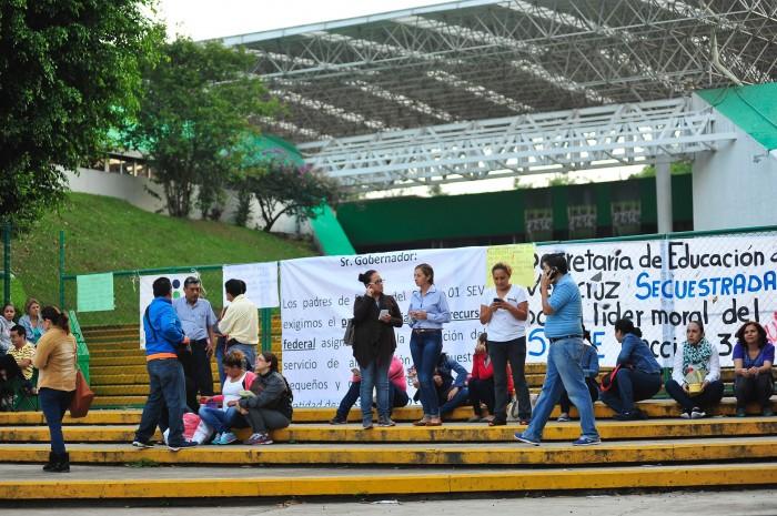 Protestan en la SEV para pedir destitución de funcionario