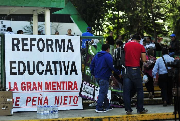 Maestros cierran la SEV para exigir liberación de sueldos
