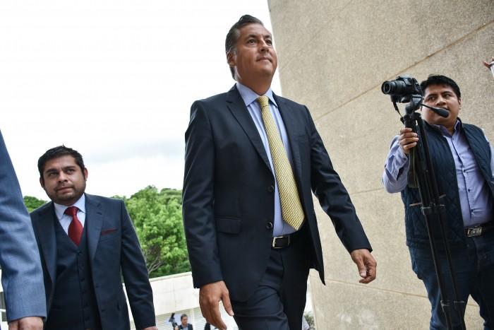 Acusan a Alberto Silva de pagos a 10 empresas fantasma; él se deslinda