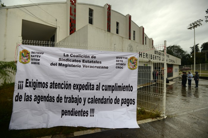 Sindicatos toman instalaciones; exigen pago de prestaciones