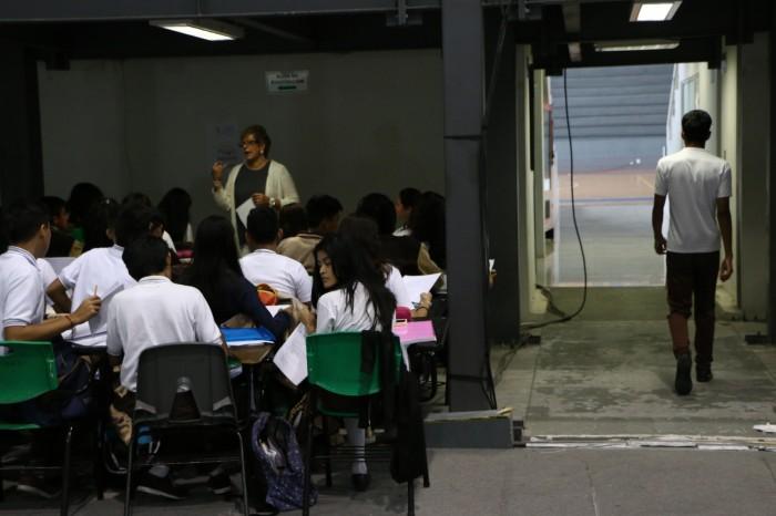 Por sismo, 600 alumnos de Veracruz reciben clases entre muros de cartón