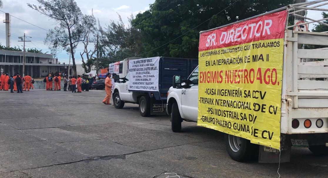 Empresas protestan por adeudos de Pemex en Minatitlán