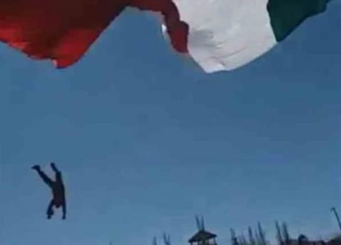 Soldado se enreda en Bandera y cae varios metros
