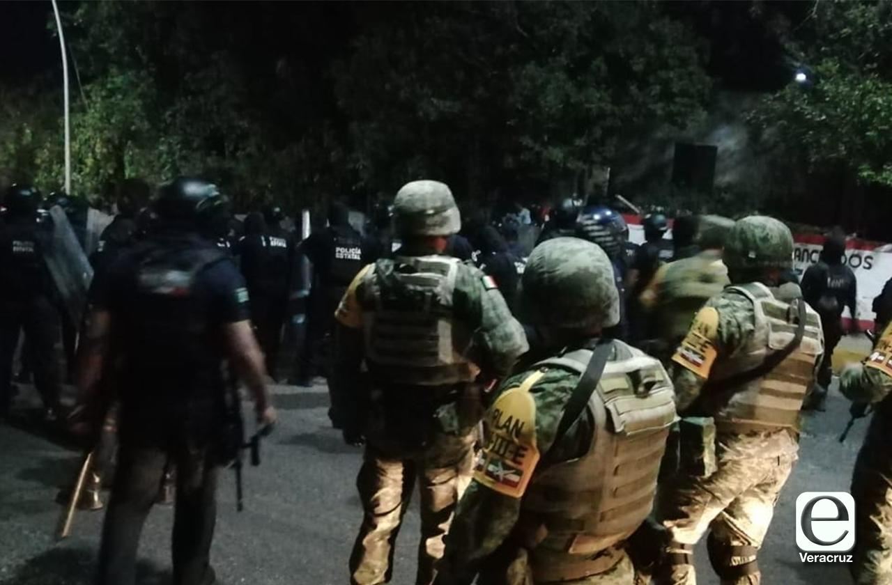 Noche violenta en Oteapan termina en riña entre pobladores y policías