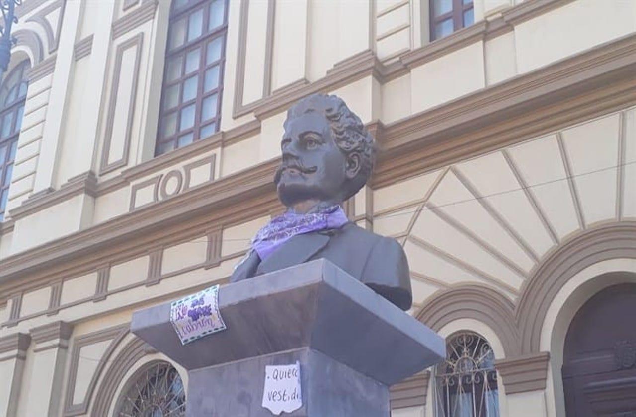 Con mensajes y pañuelo feminista, protestan en estatua de exgobernador