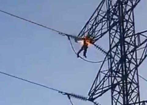 VIDEO: Hombre se suicida electrocutándose en torre de CFE