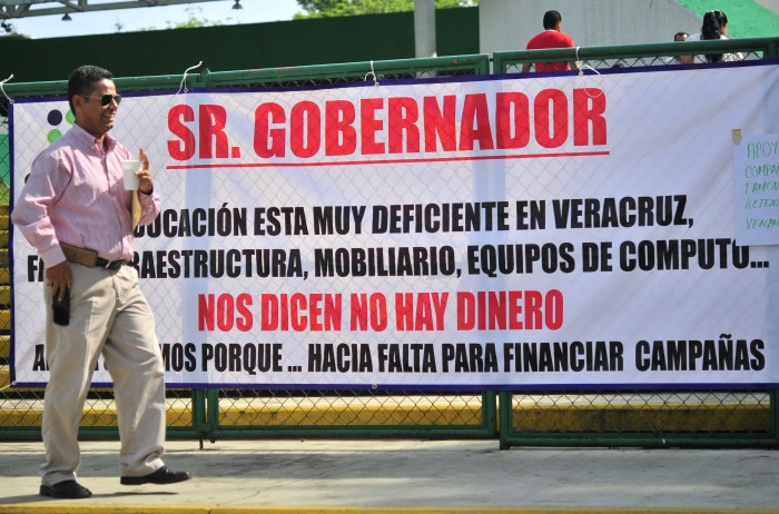 Maestros de SUMA bloquean la autopista Xalapa-Veracruz