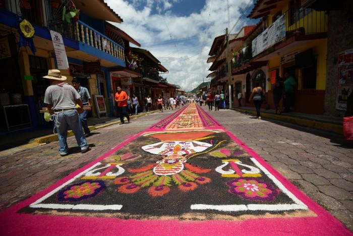 Xico se viste de color con alfombras en honor a María Magdalena