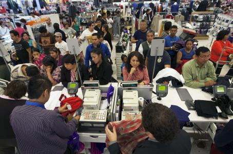 Se desploma 45% crédito en tarjetas no bancarias por mayor uso de efectivo