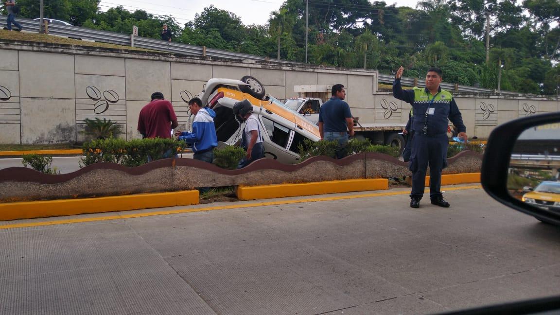 Fuerte accidente provocó volcadura de taxi, en Córdoba
