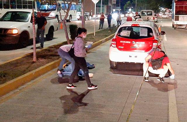Taxi a exceso de velocidad arrolla a madre e hija, en Veracruz