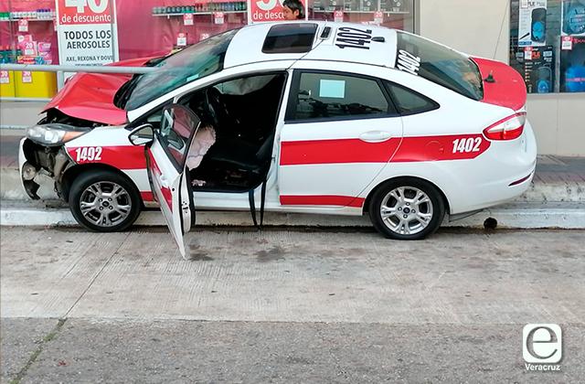 Taxista choca en el centro de Coatza tras discutir con pasajero