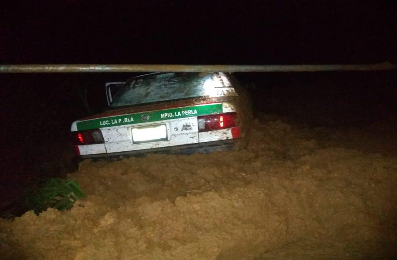 Taxista de la Perla muere en deslave; realizaba un servicio