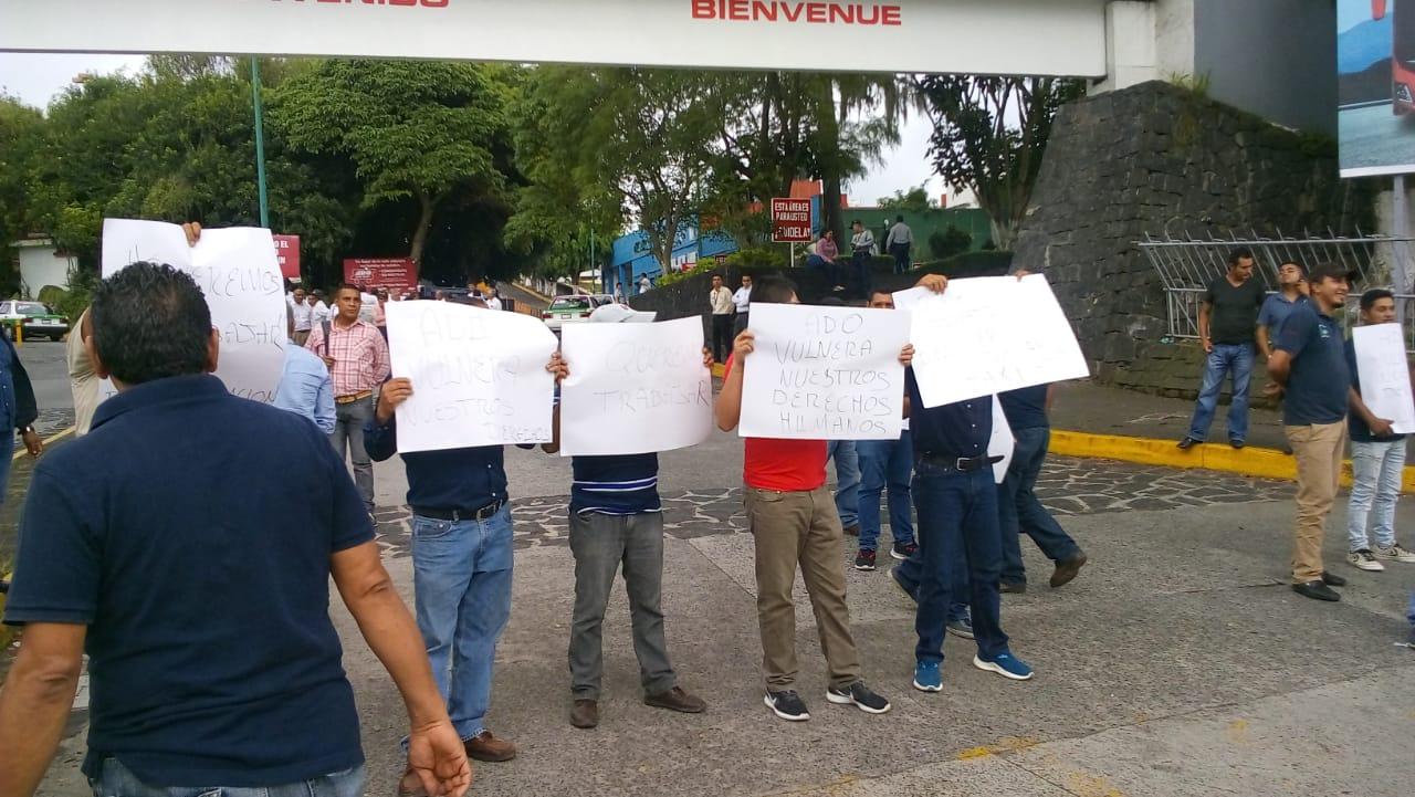 Taxistas vuelven a bloquear CAXA; exigen permiso para trabajar