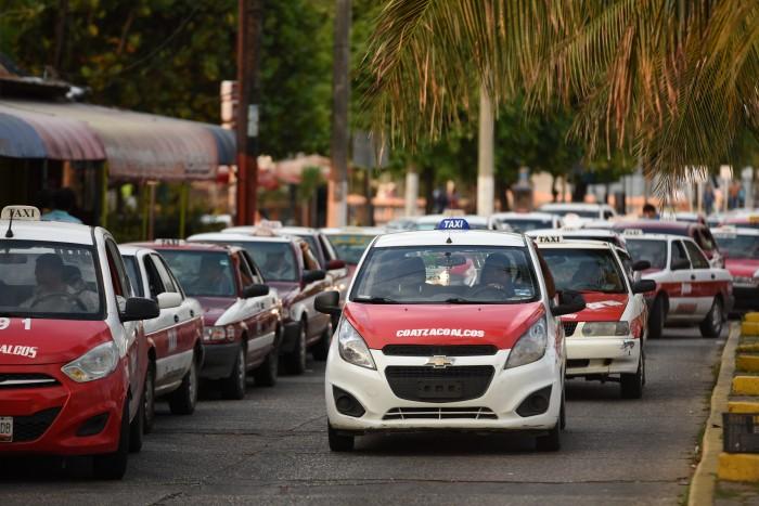 Taxistas exigen a Yunes retirar concesiones a familiares y cómplices de Duarte
