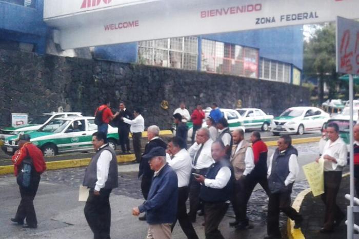 Taxistas de servicio controlado en CAXA protestan contra posible despido